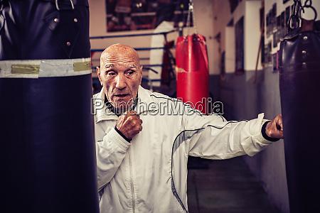 portraet des boxtrainers im boxstudio
