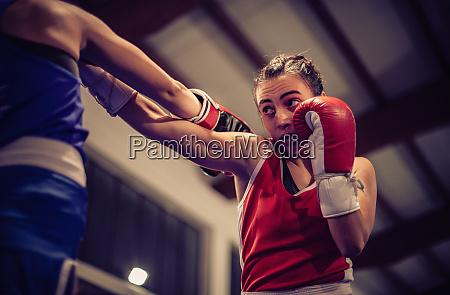 flachwinkelansicht der boxerin die rote boxhandschuhe