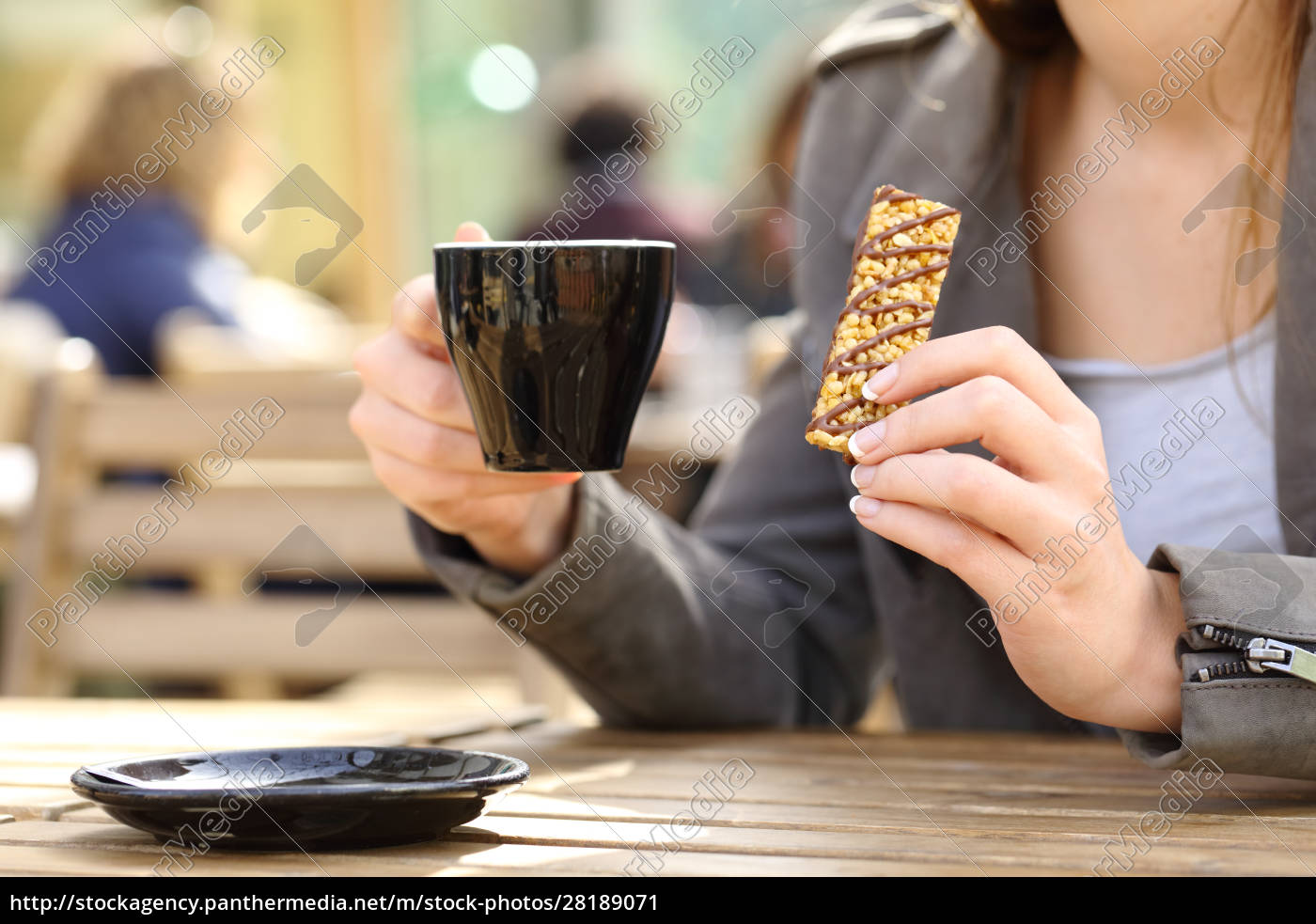 frau, hält, eine, snackbar, und, kaffeetasse - 28189071