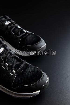 schwarze sportschuhe
