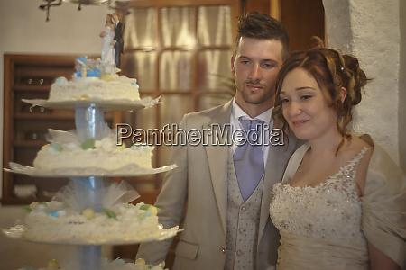 junges ehepaar posiert in der naehe