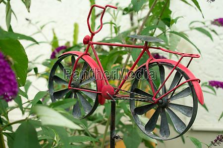 fahrradmodell im garten gartendekoration