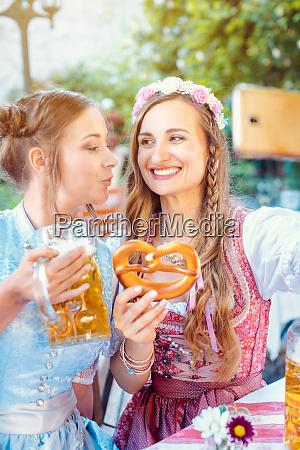 beste freunde im bayerischen tracht machen