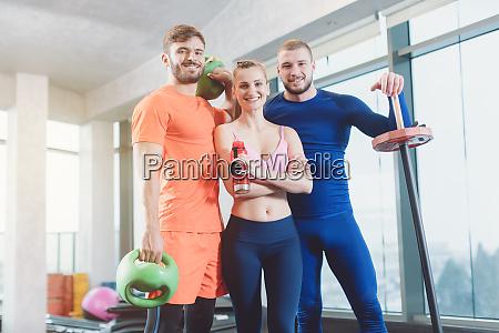 gruppe junger fitter und gesunder menschen