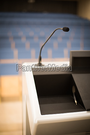 mikrofon in einem leeren konferenzraum