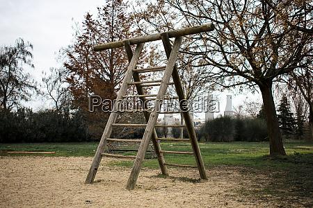 holzleiter auf kinderspielplatz fuer bewegung