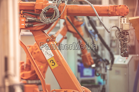 roboter in einer fabrik fuer praezisionsarbeit