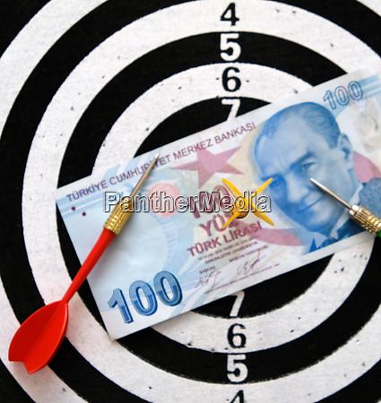 100 tuerkische lira und dartpfeile 100