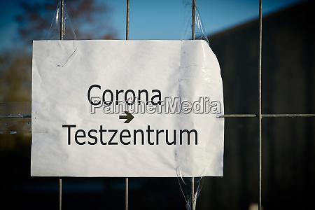 schild mit der aufschrift corona test