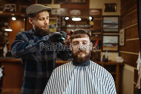 barbier mit kamm und schere macht
