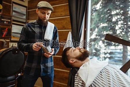 barbier mit pinsel und kunde bartschnitt