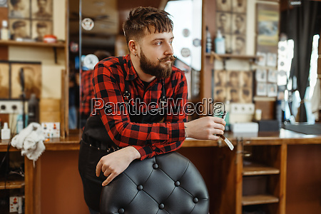 barbier mit rasiermesser posen am stuhl