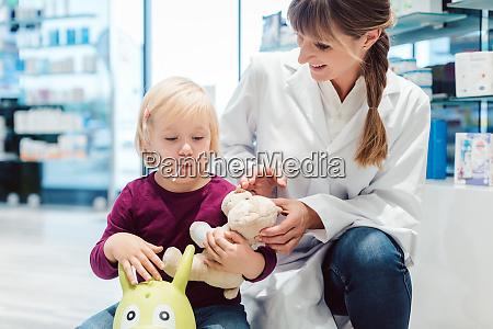 kleines maedchen kind in der apotheke