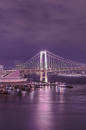 lila nacht auf der rainbow bridge