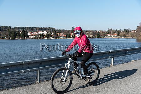 weibliche bikerin mit gesichtsmasken waehrend der