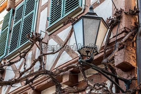 grosse lampe an einem alten historischen