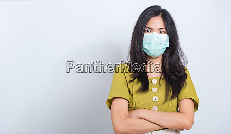 frau traegt gesichtsmaske schuetzt filterstaub pm25