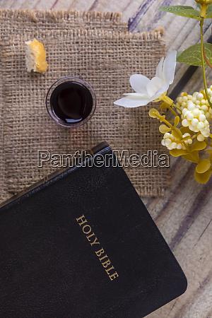 kommunion und abendmahlkonzept mit bibel