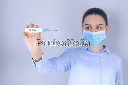 maedchen mit maske auf gesicht ueberpruefen