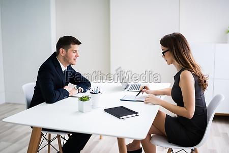 mann im interview im buero