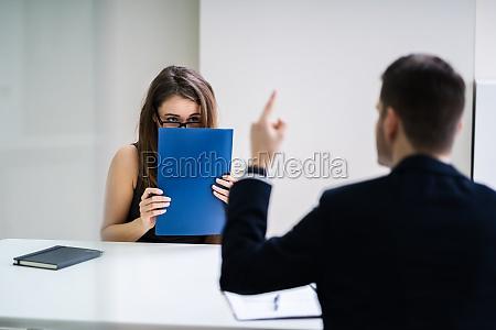 boss blaming weibliche fuehrungskraft