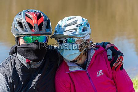 zwei radfahrer schutzmaske coronavirus