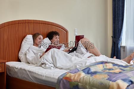 familie mit laptop und buch liegen