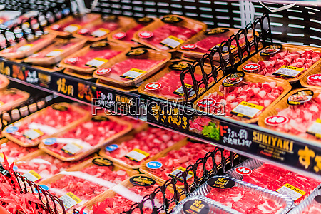 fleischprodukte die in einem kommerziellen kuehlschrank