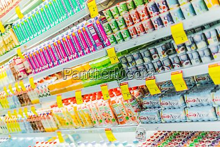 milchprodukte die in einem kommerziellen kuehlschrank