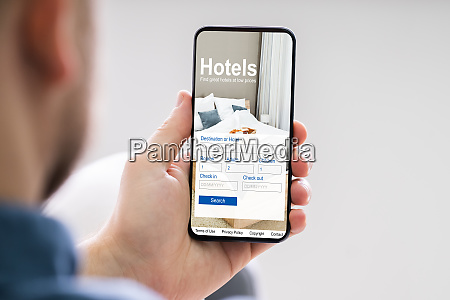 person buchung hotels mit handy