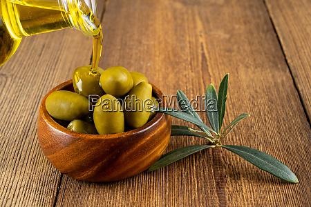 olivenoel wird aus einer kleinen flasche