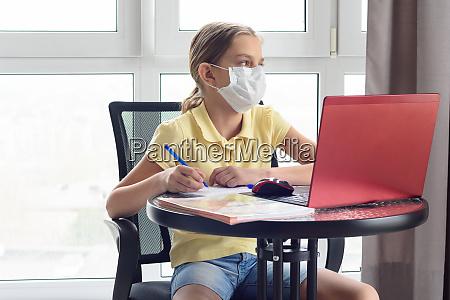 ein maedchen in einer medizinischen maske