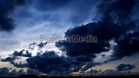 mittsommerwolken an der atlantikkueste nacht