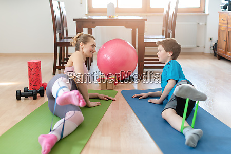 familie macht sportuebungen zu hause waehrend