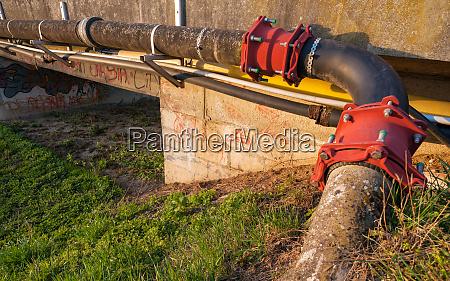 pipeline ueber eine bruecke