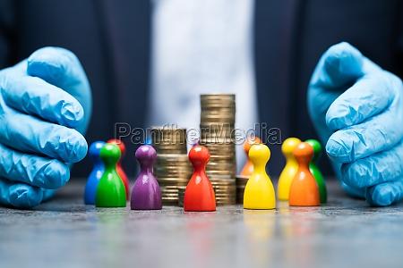 schutz von geldeinsparungen und menschlichen figuren