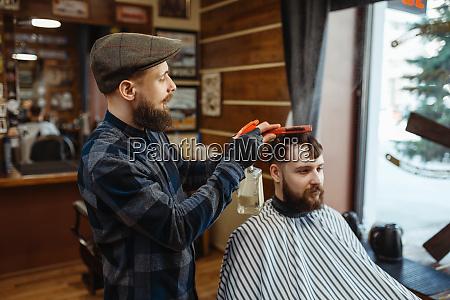 barbier mit kamm und clipper macht
