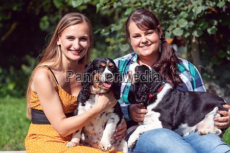 zwei freundinnen mit hunden im tierheim