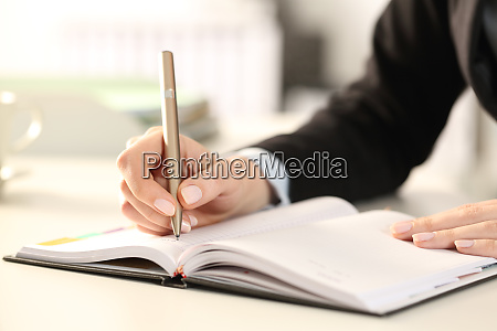 executive frau haende schreiben notizen auf