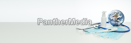 weltkugel stethoskop medizinische masken desinfektionsmittel thermometer