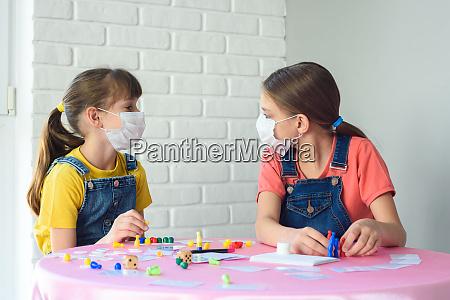 zwei maedchen in schuetzenden medizinischen masken
