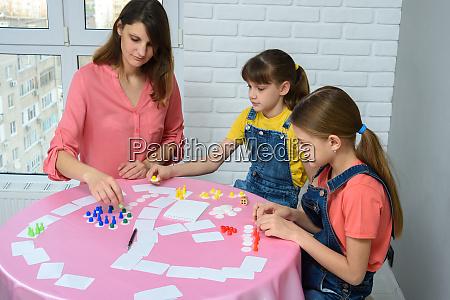 mutter und zwei toechter spielen brettspiele