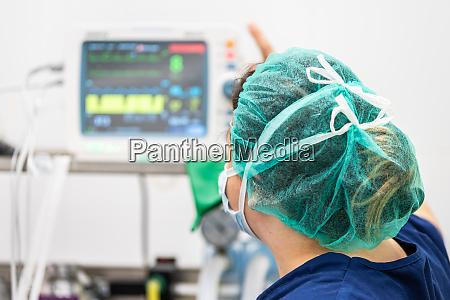 covid 19 ausbruch gesundheitspersonal krankenschwester auf
