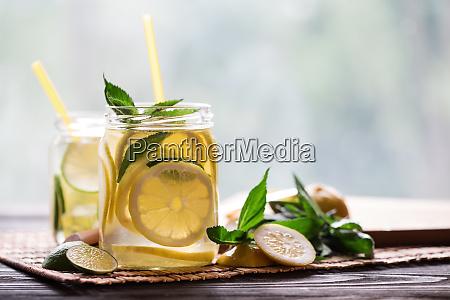 kalte limonade mit zitronenkeilen