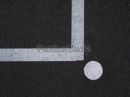 weisse linie ueber dunklen asphalt