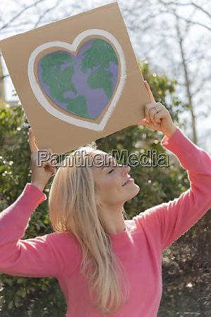 frau protestiert gegen den klimawandel