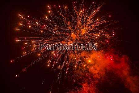 rotes feuerwerk in der nacht