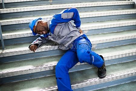 arbeiter mann liegt auf treppe