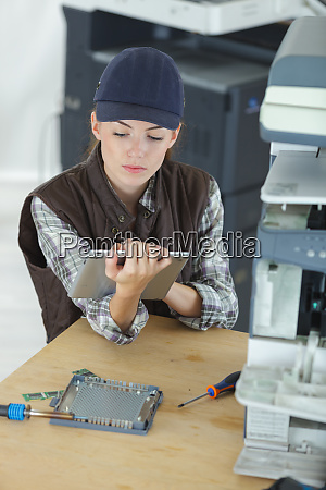 technikerin mit tablet computer