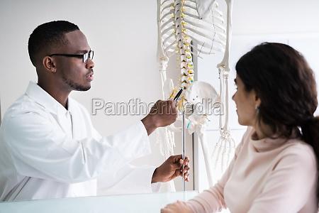 chiropraktiker arzt beratung in physiotherapie klinik